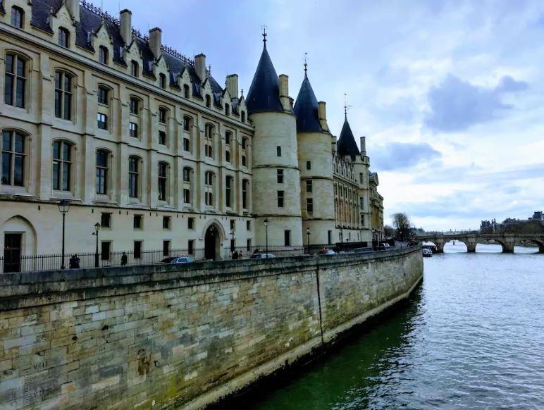 PRIVATE GUIDE PARIS Notre Dame St Chapelle & Conciergerie